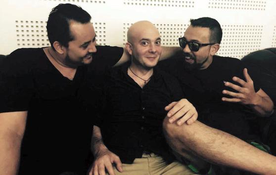 Zoltán Csörsz, Péter Rozsnyói och Orbán György kopplar av efter inspelningen av skivan Pain of an Angel