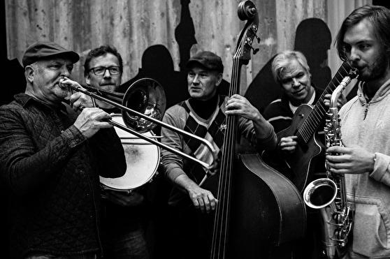från vänster i bilden: Waldemar Swiergiel trombon, Jörgen Andersson trummor, Lars-Erik Forslund kontrabas, Jonny Johansson gitarr, Erik Hellkvist saxofonen. Även David Forslund medverkar.Foto Andreas