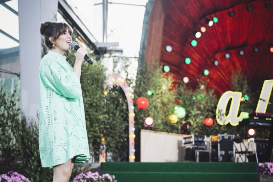 Amanada på scen hos Allsång på Skansen. foto Sima Korenivski