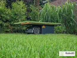 Dolt garage till robotgräsklippare nedsänkt i gräsmattan