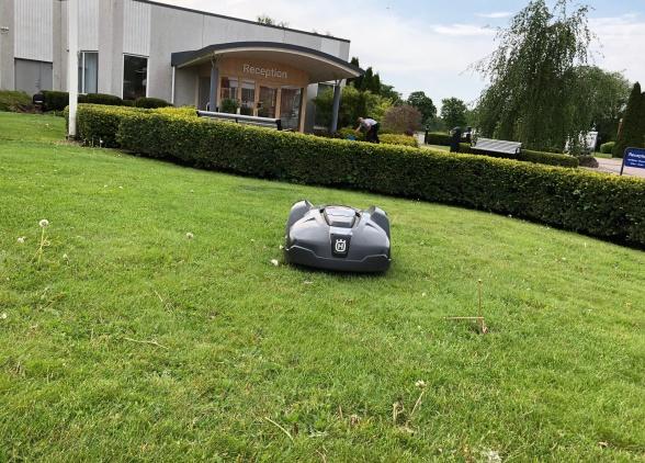 En av ed tretton robotgräsklipparna som klopper de 36 000 m2 gräsytorna runt Kinnarps i Kinnarp