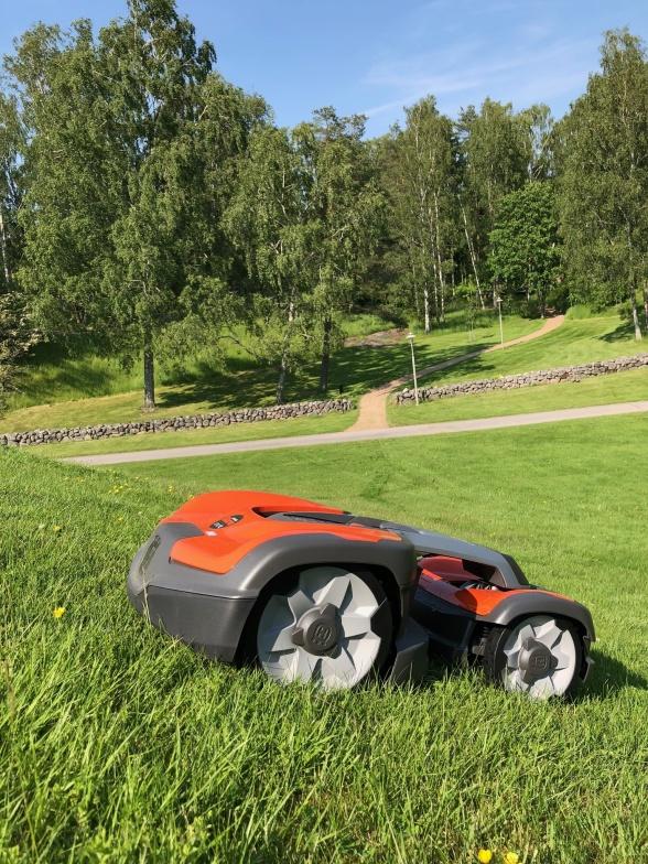 Nu har Robo10 Installerat den nya robotgräsklipparen535 AWD på Håjums kyrkogård i Trollhättan. En efterlängtad utökning med tanke på de branta slutningarna.