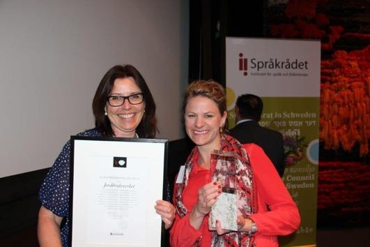 Prisutdelning av klarspråkskristallen. Eva Enochsson, Jordbruksverket och Anna Holmgren, Ordbyrån. Foto: Jordbruksverket.