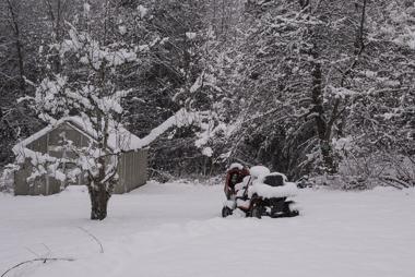 foto Torbjörn Igår fick  Viggo lov av pappa att klippa gräset, i dag......!
