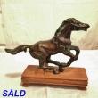 Häst på träplatta
