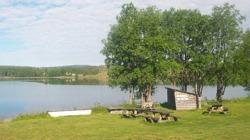 Vy från campingen över Tåsjön med vindskydd och grillplats i förgrunden      Foto: Maria Mattsson