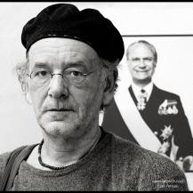 Anders Widoff framför ett verk av H Gedda