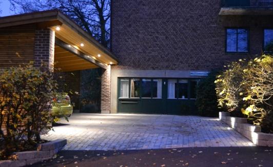 Få hjälp med trädgårdsbelysning och ljusdesign utomhus. Konsulter & installatörer av ljussättning i utomhusmiljöer så som trädgård, vid pool, altan, uppfart, mur mm. Ljussättning & ljusdesign av trädgårdar i Halland: Halmstad, Båstad, Laholm, Kungsbacka, Varberg & Falkenberg