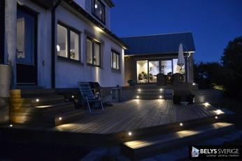 Genomtänkt trädgårdsbelysning och ljussättning i utomhusmiljöer så som trädgård, vid pool, altan, uppfart, mur mm. Ljussättning & ljusdesign av trädg i Halland: Halmstad, Varberg, Båstad, Laholm, Falk