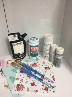 Pysselpaket Delux 1 - 1,  Akrylfärg abstract 1vit - tjock högpigmenterad akrylfärg till olika underlag, 1 mod podge - decoupagelack till alla underlag, 1vit, 1glitter, 1pearl ( allroundfärger till tex glas, trä, plåt, plast) 2 penslar, 10 servetter