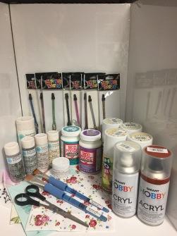 Pysselpaket Delux 4 - 4, 1 Mod podge - decoupagelack, 1 modpodge hårdlack, 1+4 allroundfärger, 1 vit, 2 glitter, 2 pearl (allroundfärger till tex glas, trä, plåt, plast) 1 kristallgel effektlack till tex glas 2 penslar, 1 sax, 20 valfria servetter, 8 dragkedjor 1 spray kr