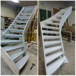 Två målade furu trappor