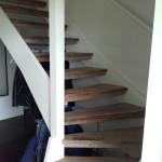 L-trappa med gamla träplankor