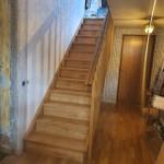 Rak trappa, tät med betsad furu