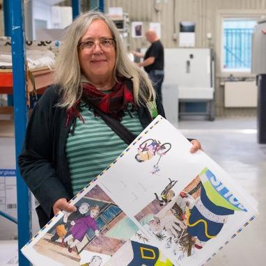 Eva-Stina Sandling visar upp provtryck av den nya boken.