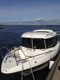 Detta är vår båt, en TG 6.9 som tryggt tar dig till och från Vendelsö.