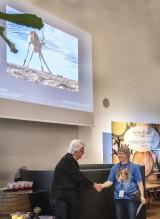 """Monica Engstrand tar emot Diplom för """"Vid vatttenhålet"""""""