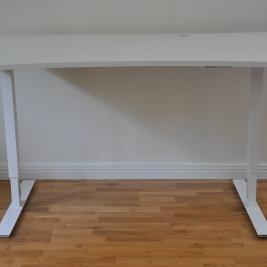 Elektriska skrivbord, nytt stativ + vit laminatskiva m. uppsamlare