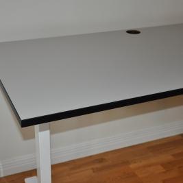 Elektriskt skrivbord, grå laminat & svart-kant