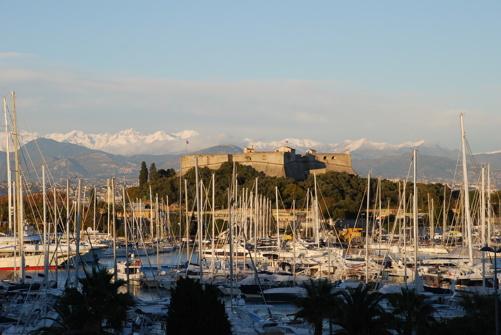 Utsikten mot hamnen och bergen