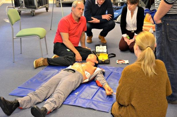 FH Safe har utbildning i HLR för SEB och visar hur man använder en hjärtstartare