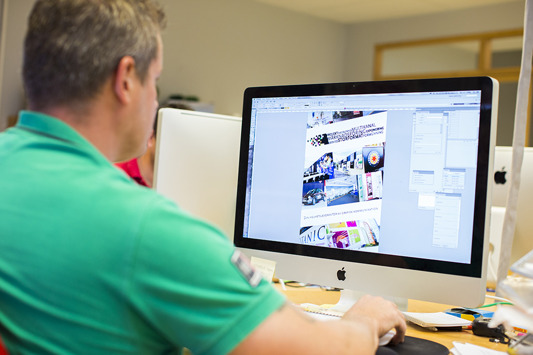 Hjälp med grafisk design & formgivning i Halland? KBMEDIA i Halmstad är proffs på grafisk design och layout för tryckt media. Kontakta KBMEDIA i Halmstad