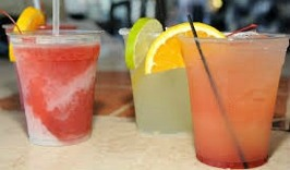 Goda drycker på stranden vid Tropic Bar