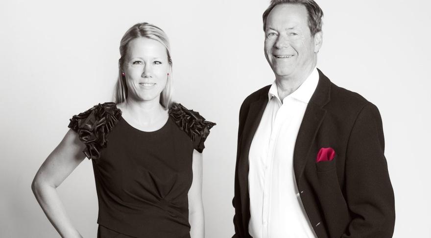 Peter Schmidt är grundare av företaget och Karolina Barnekov har arbetat på byrå praktiskt taget hela livet. Ett erfaret team med andra ord. Tillsammans med art directors, copys, erfarna grafiker och snabba snickare skapas ett kreativt och leveranssäkert företag.