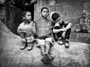 Från vår senaste reportageresa till Rio de Janeiro. Några pojkar väntar på att se en fotbollsmatch som avbryts på grund av ett bråk.