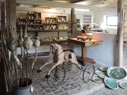 Välkommen till vår gårdsbutik & konstateljé Brobergs Krukmakeri mellan Falkenberg & Ullared mitt i Halland.