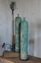 Turkos höga keramikflaskor kan användas som vas