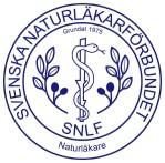 """Titel """" Naturläkare"""" är direkt svensk översättning av det tyska ordet Heilpraktiker, och även det amerikanska Dr Naturopractic Medicine och syftar på den omfattande utbildning i flera alternativ- och komplementärmedicinska arbetsmetoder, samt basmedicinsk utbildning enligt av SNLF fastställda antagningskrav som har sitt ursprung i de tyska heilpraktikers utbildningsmodellen. Titel """"Naturläkare"""" skall under inga omständigheter förväxlas med en skyddad yrkestitel läkare som enligt svensk lag endast får användas av legitimerad läkare."""