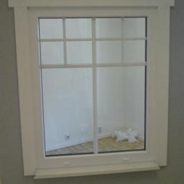 Fast fönster med spröjs inuti glaset