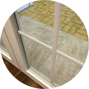 Spröjsad balkongdörr (spröjs inuti glaskassetten)