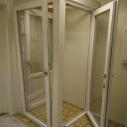 Tiltad och öppnad altandörr