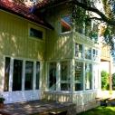 Pardörr med vit bröstning och sidofönster