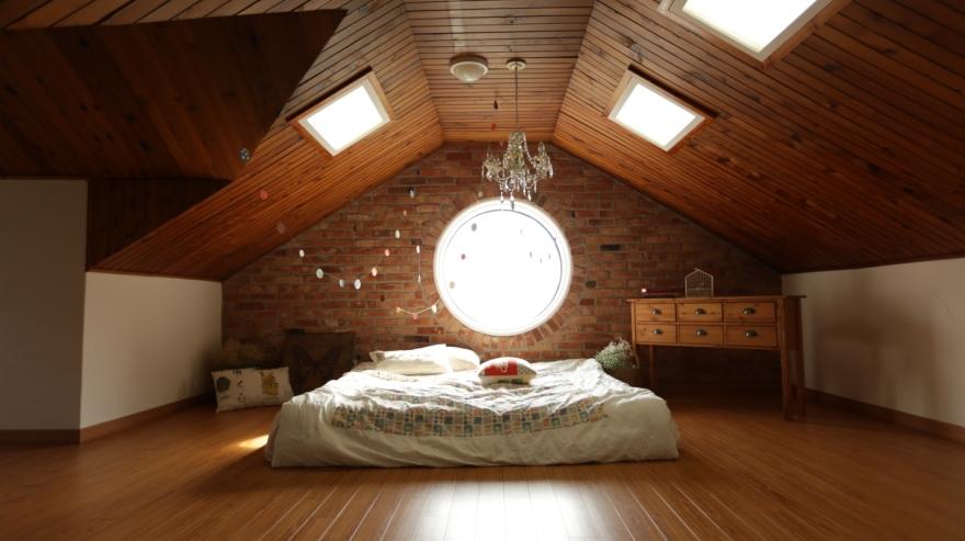 Runt fönster i ett mysigt sovloft