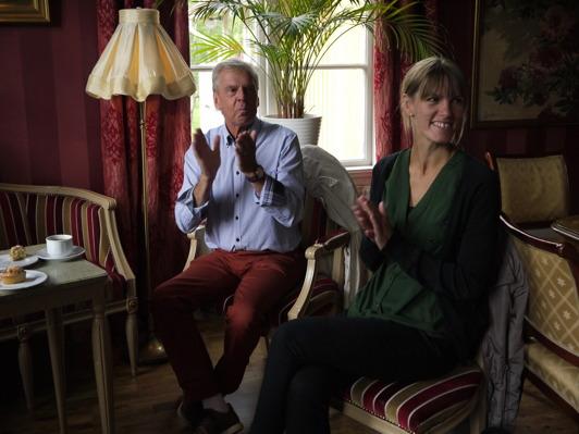 Styrelseledamot Peter Löfström och Maria Johansson från Ljungby kommun gillar underhållningen.