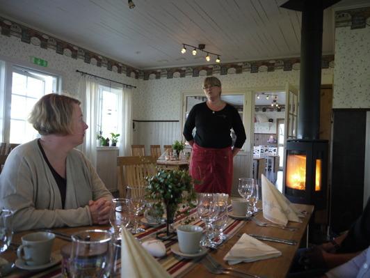 Charlotta Svanberg, styrelseledamot,  lyssnar intresserat till kvällens värdinna  - Susanne Kenneryd.