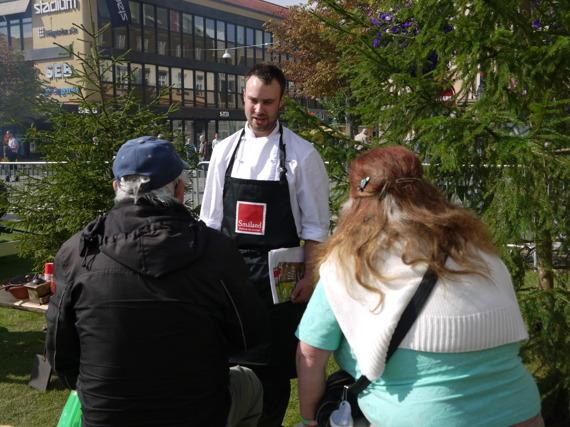 Andreas från Hjortseryd bjuder på kaffe som är kokat över öppen eld.
