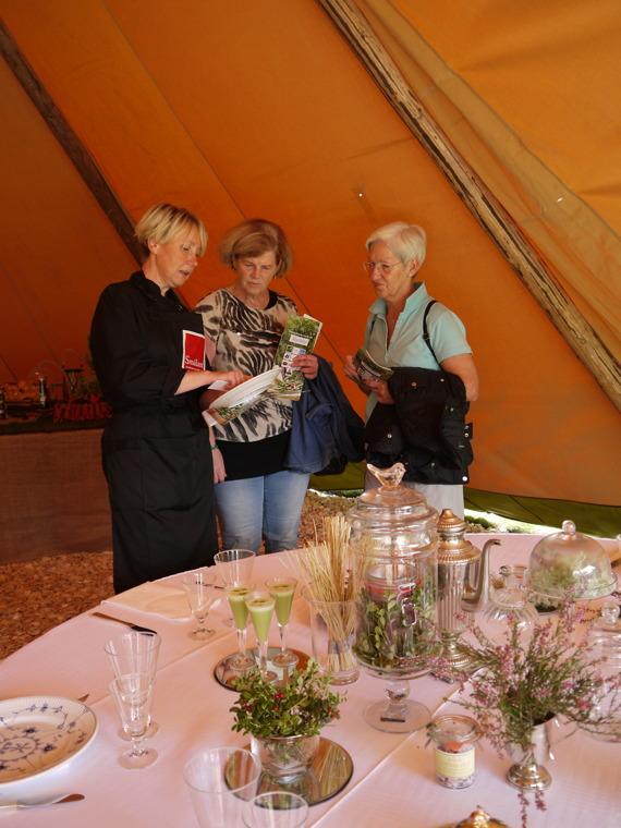 Marita vid finbordet med danskt porslin från Ekebacken.