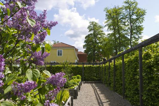 Linnés Orangeriträdgård med Möckelsnäs Herrgård i bakgrunden