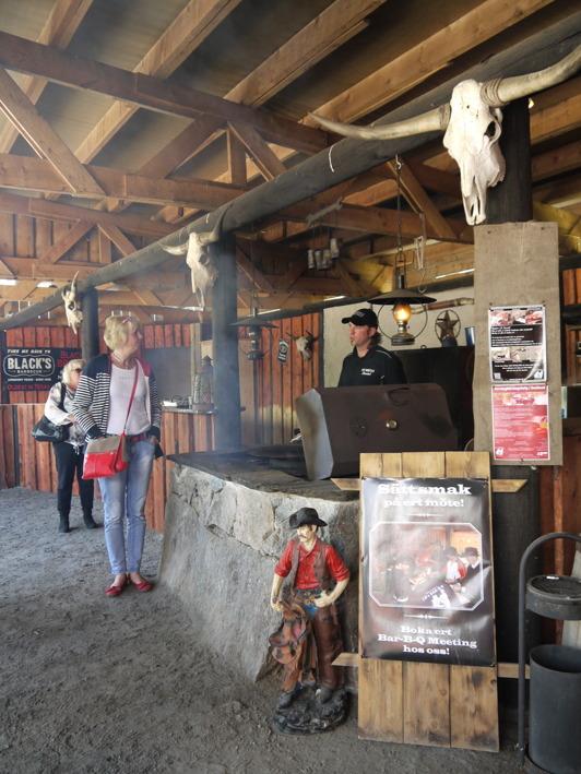 På JA Ranch i Strömsnäsbruk är smokern igång.  Härlig mat - stora som små grupper äl välkomna.