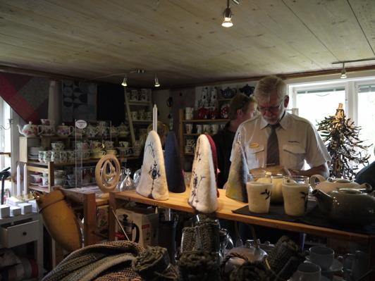 I Stockhultgårdens butik köper du te, kannor och annat smått och gott!