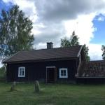 1700-talsstugan Tjärbacken på Stenshult Mellangård. Här bodde ett gäng amerikanare under inspelningen av Allt för Sverige!