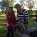 Inger från Älmhults turistbyrå och Kerstin från Alvesta turistbyrå hjälps åt att ösa upp.