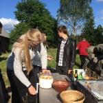 Varmrättsgruppen fixar med potatisen