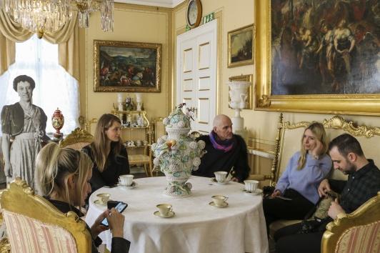 Designgruppen med Galia, Fabian, Irina och Sarah dricker kaffe i Gula salongen på Huseby Bruk