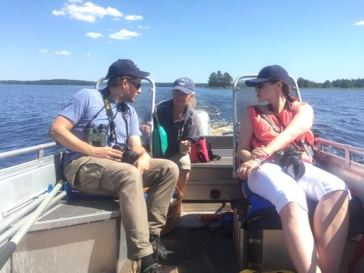 Polska resejournalisterna Bartosz och Marta får en guidad båttur i Åsnens Nationalpark av Ingrid Olsson på Getnö Gård