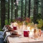 Det dukade bordet med vinglas, vattenglas och karaffer från Skrufs Glasbruk. Dryck från Sjöborgen Dryckeri samt Rudenstams.
